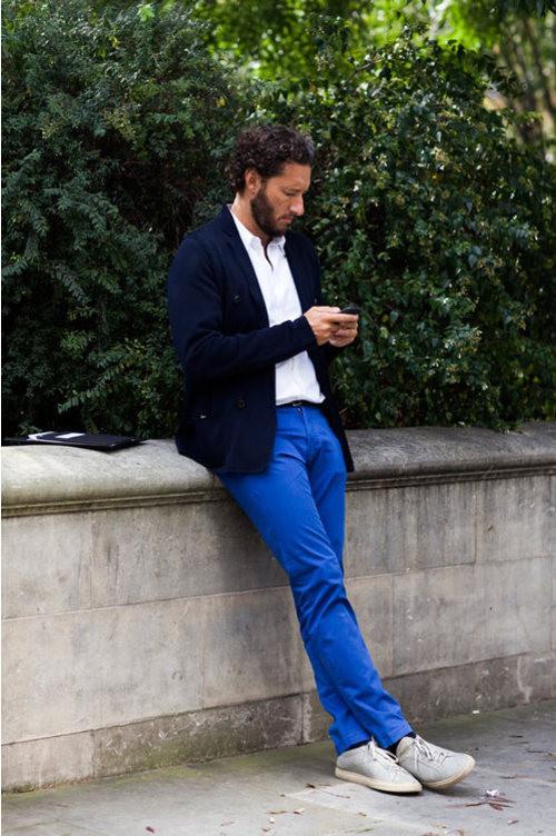 blazer-azul-marino-camisa-polo-blanca-pantalon-chino-azul-zapatillas-plimsoll-grises-original-88